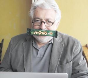 Möchte Leuten weder den Mund verbieten, noch sie erziehen: Henryk M. Broder mit seinem Lieblings-Schokoriegel. Foto: Barbara Engels