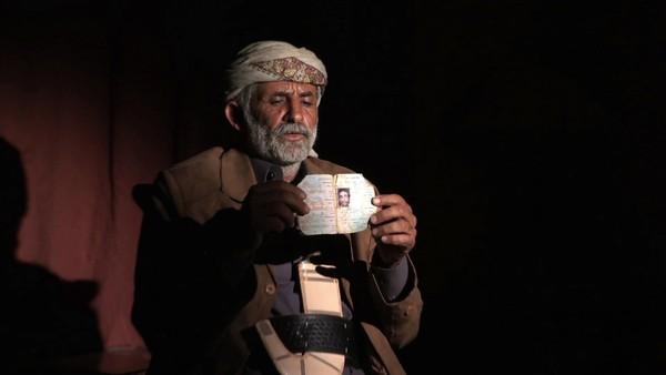 Abdullah Muhammad al-Tisi mit einem Foto seines Sohns Ali Abdullah Muhammad al-Tisi. Foto: Human Rights Watch.